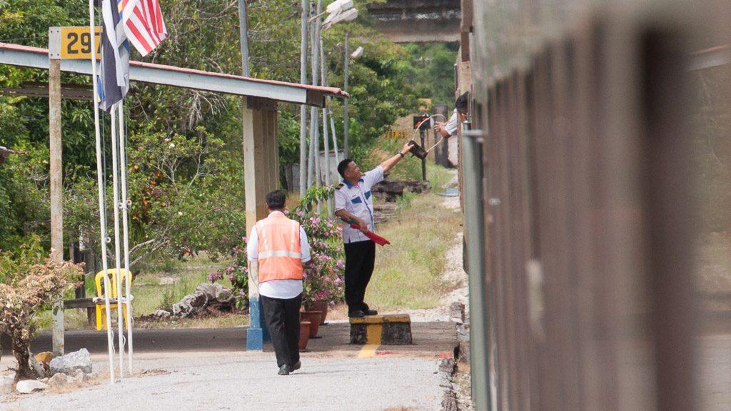 Token-Übergabe an den Lokführer in Malaysia