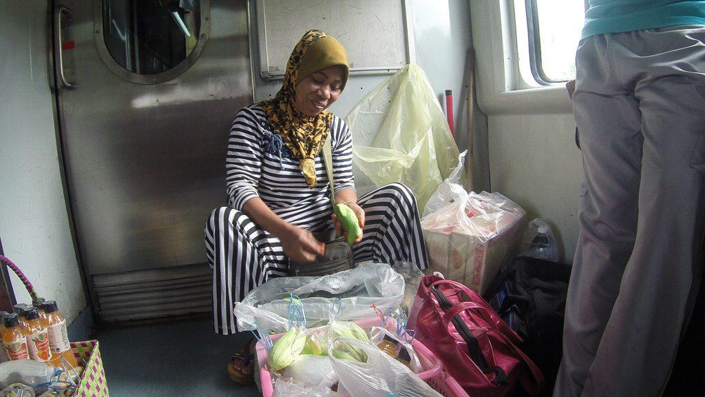 Verkäuferin in der Jungle Railway in Malaysia