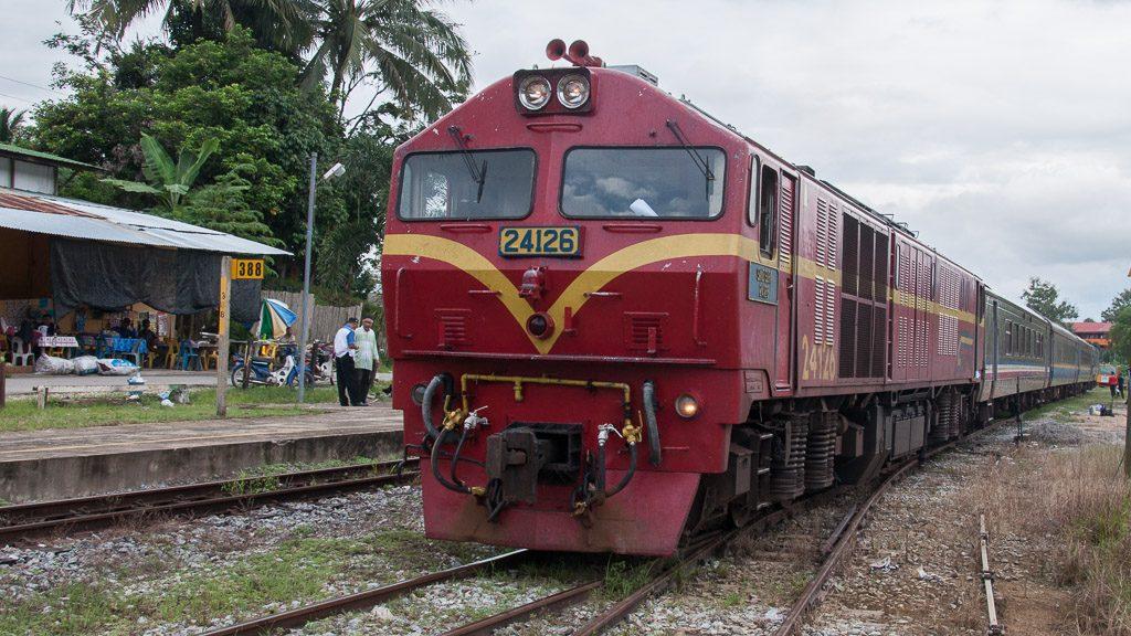 Zug im Bahnhof Dabong in Malaysia