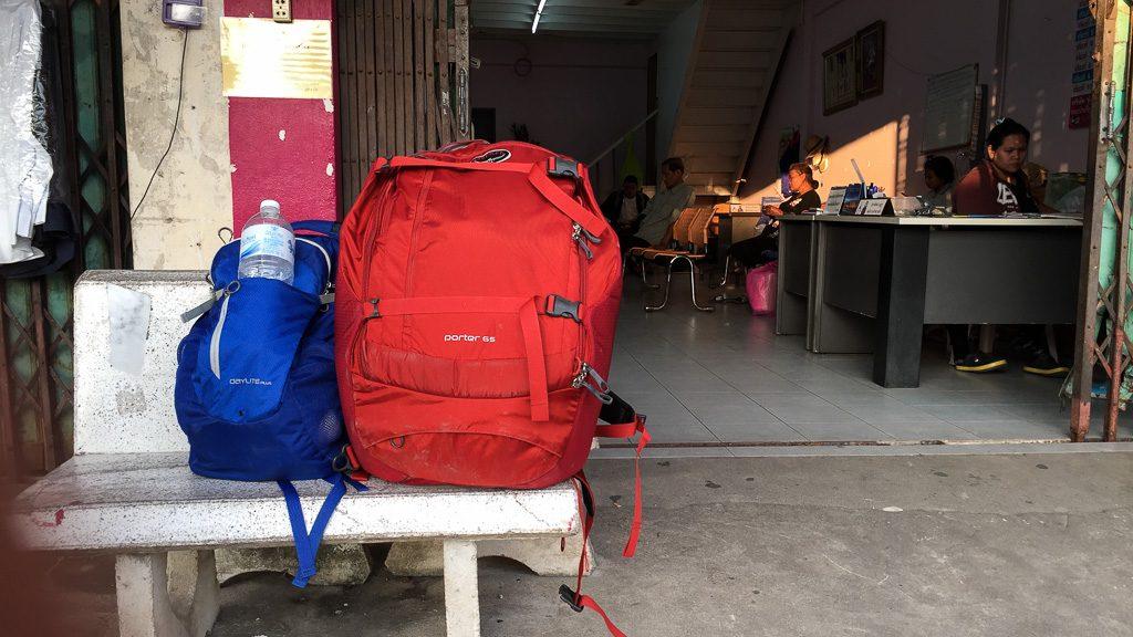 Osprey Porter und Daylite Plus Daypack an der Bushaltestelle