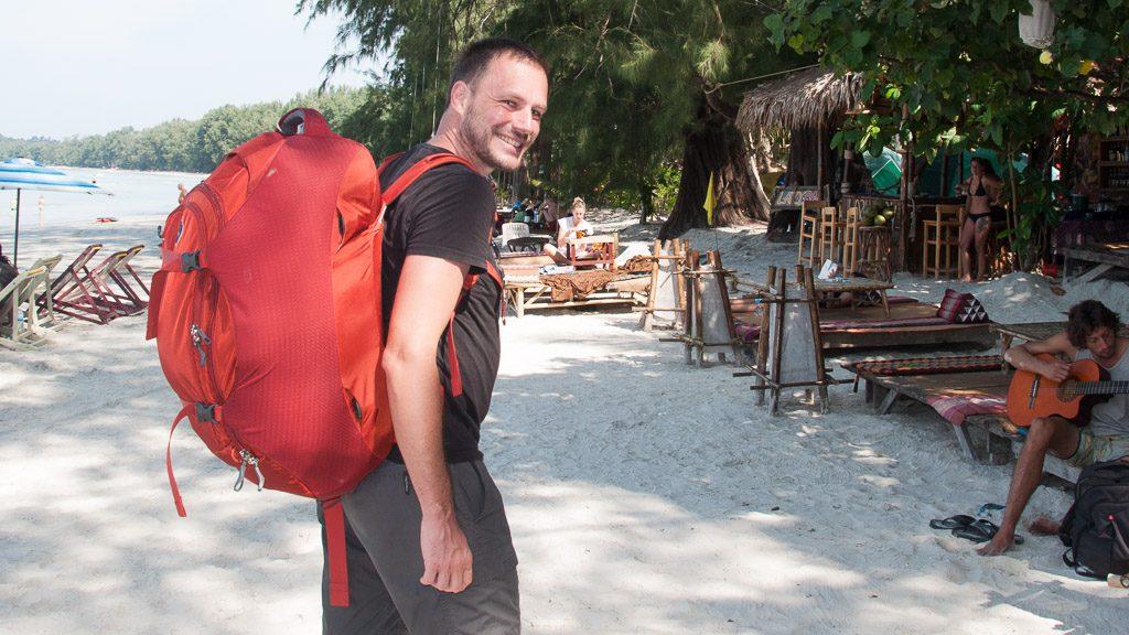 Gerhard Liebenberger mit Osprey Rucksack in Thailand