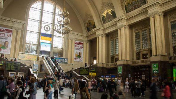 Bei der Reise mit dem Zug durch die Ukraine nach Moskau mußt Du in Kiew Passajirski umsteigen.