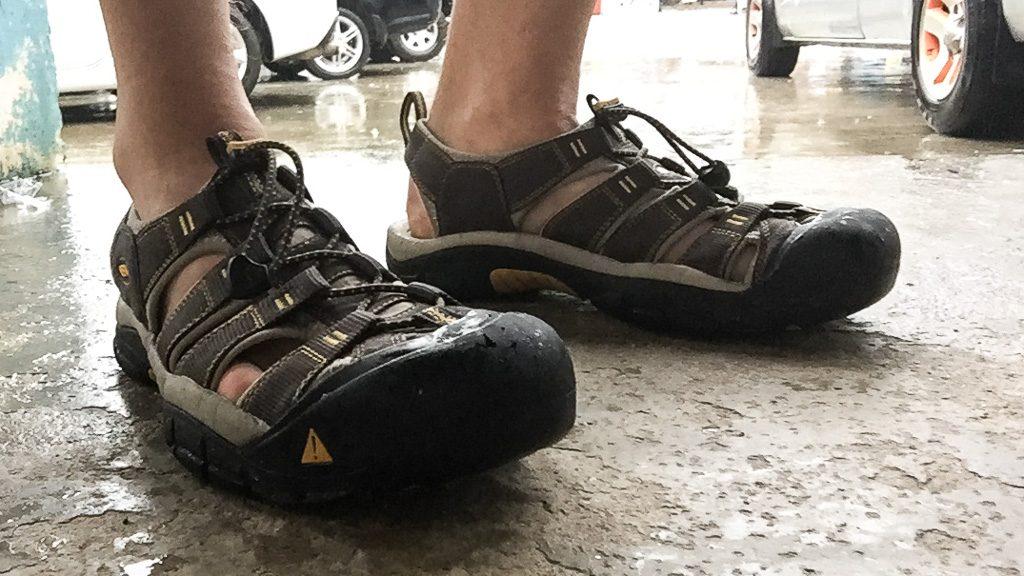 Keen Newport H2 Sandalen bei Regen in Südostasien