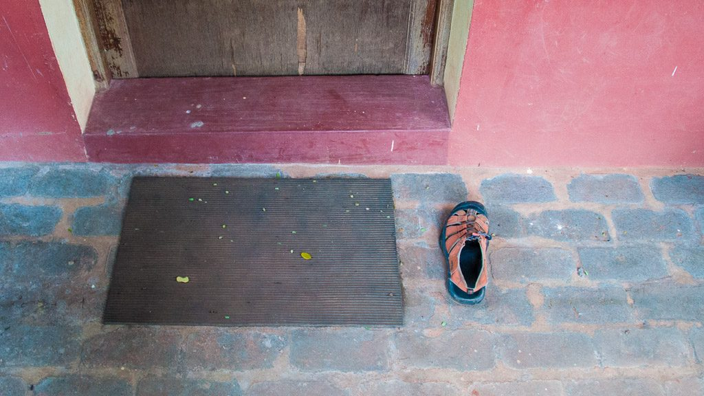 Reise-Sandale wurde von Hund entführt