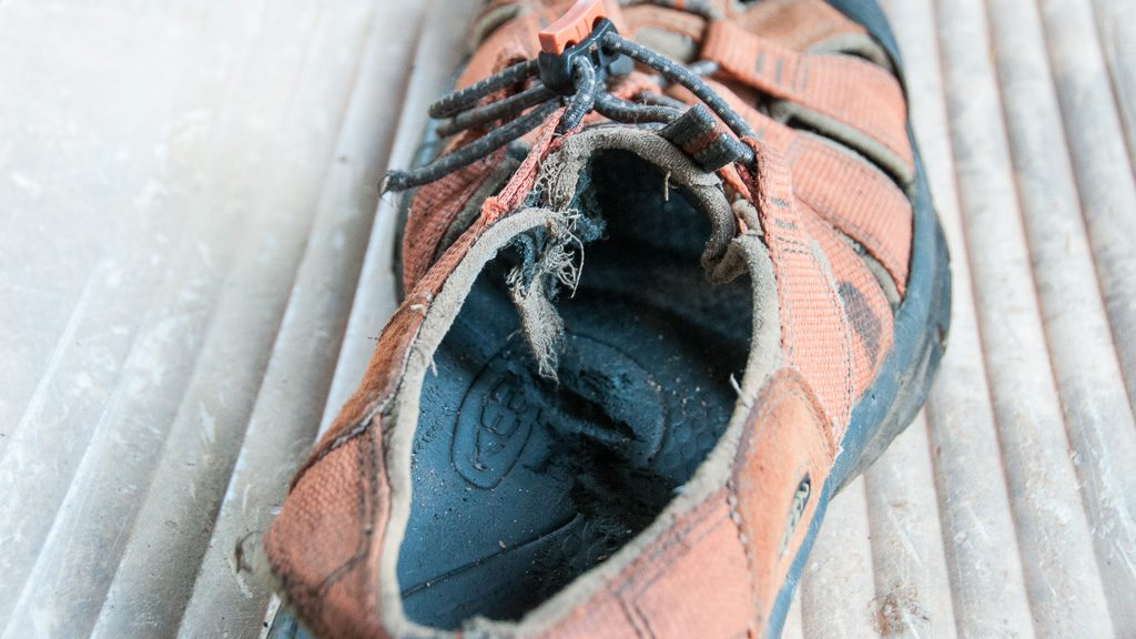 Keen-Sandale nach Hundeattacke