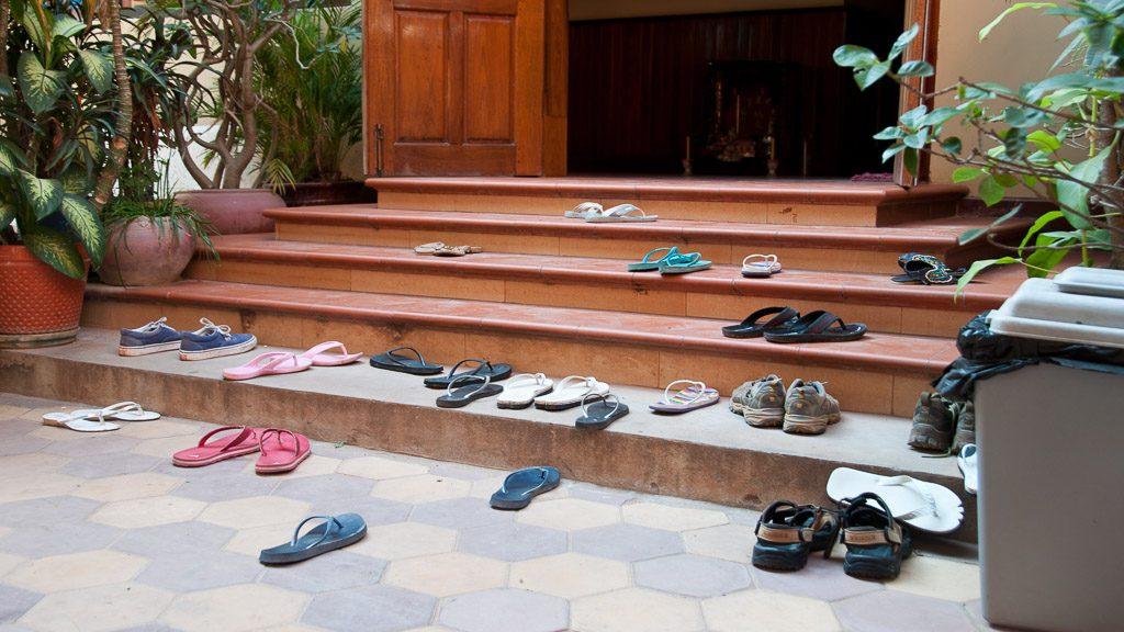 Schuhe ausziehen vor betreten eines Hauses