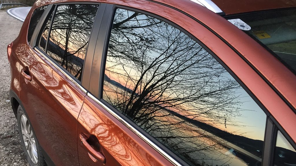Suzuki SX4 S-Cross in canyon brown in der Abendsonne am Attersee
