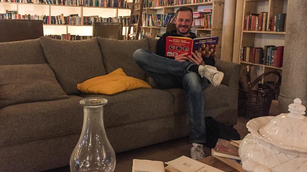 Andersreisender im Bücherhotel in Obidos