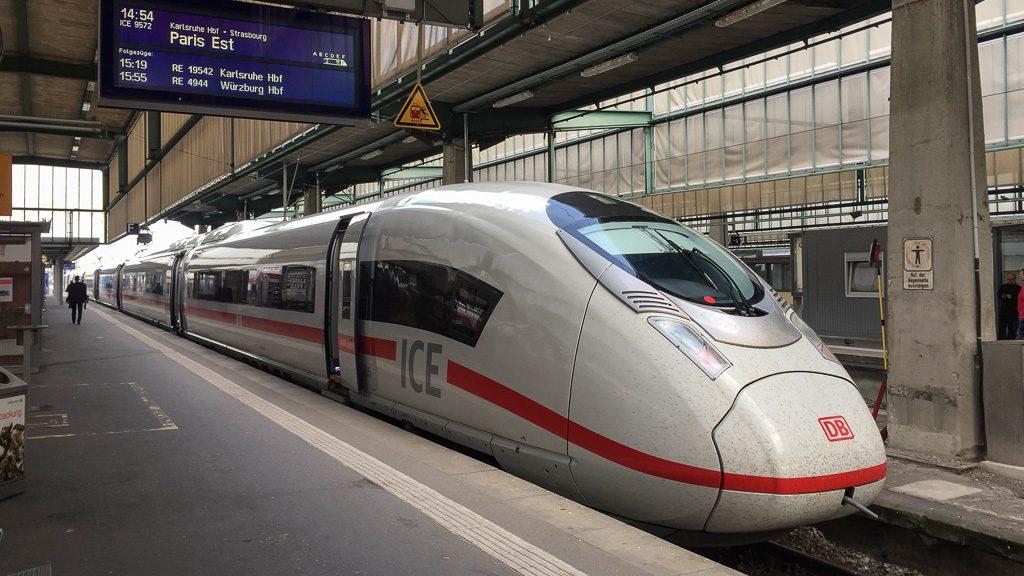 ICE nach Paris im Bahnhof Stuttgart