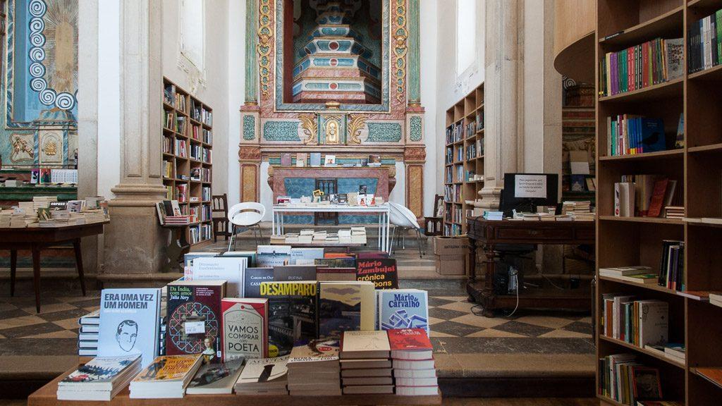 """Bücherei in der """"Igreja de Santiago"""" Kirche in Obidos"""