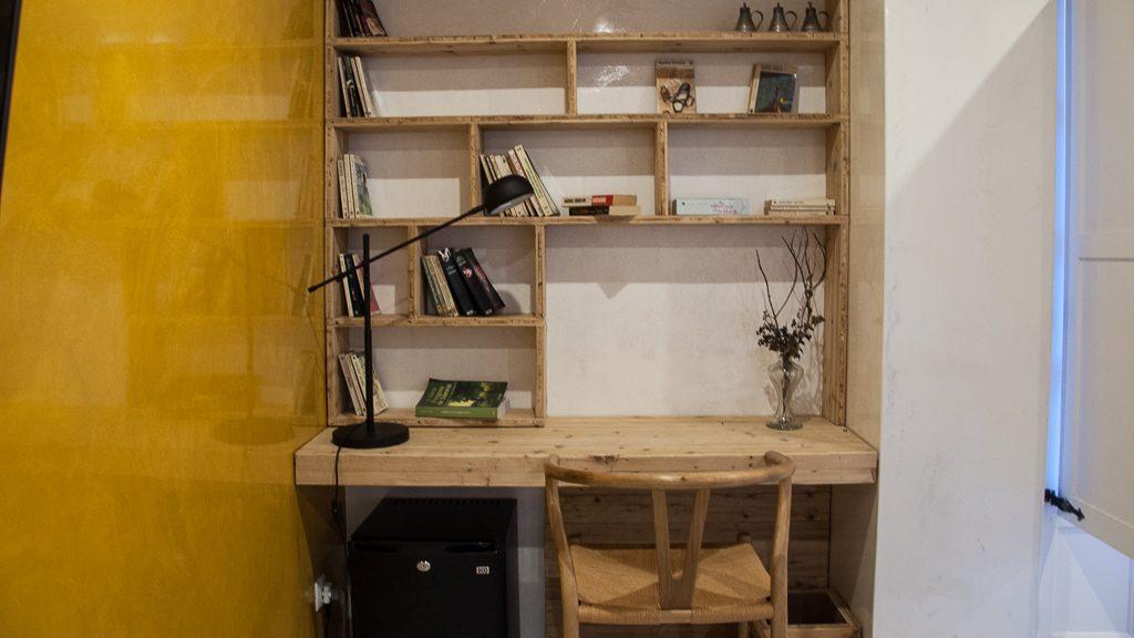 """Schreibtisch in der Suite des """"Literary Man"""" in Obidos"""