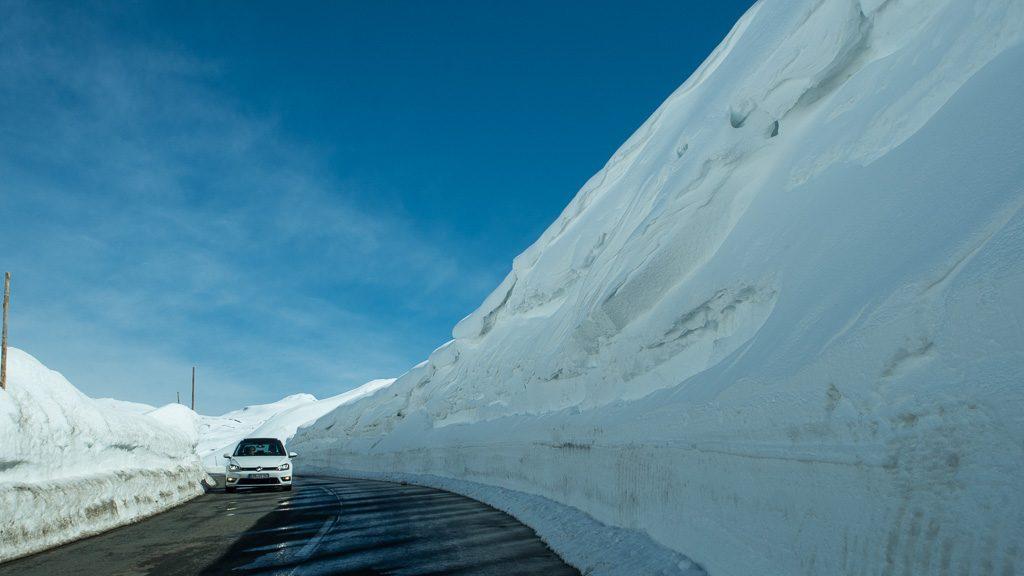 Schneewand entlang der Großglockner Hochalpenstraße