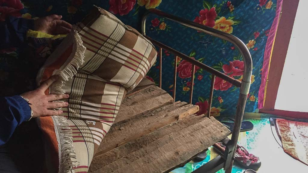 Ger mit Holzbett bei einer Nomadenfamilie