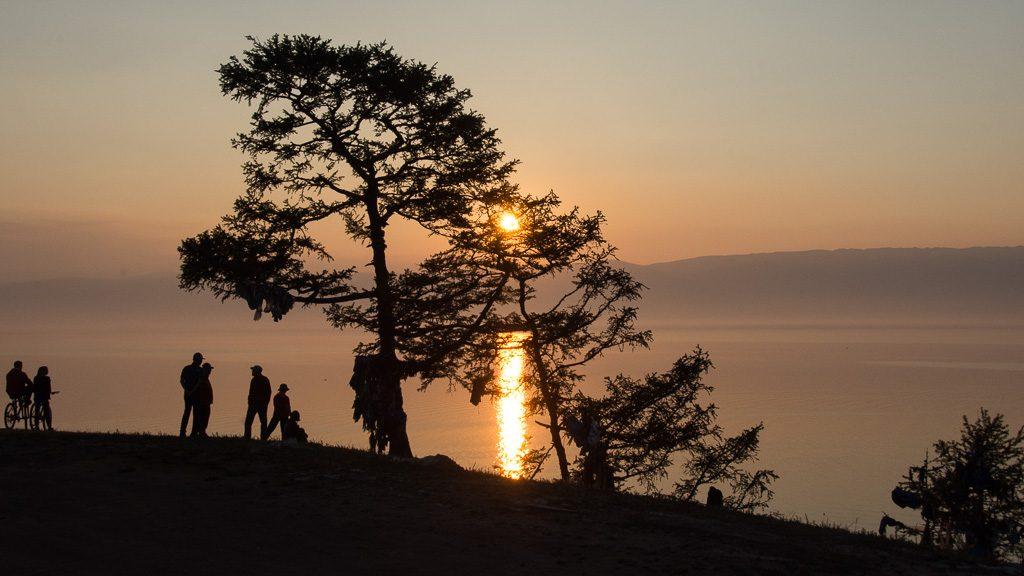 Sonnenuntergang am Kap Burhan mit Blick auf den Baikalsee