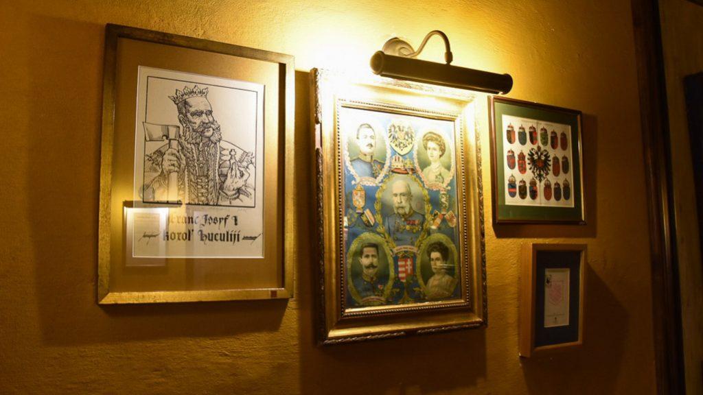 """Im """"Lokal"""" in Lviv/Lemberg grüßt Kaiser Franz Josef I. von den Wänden"""