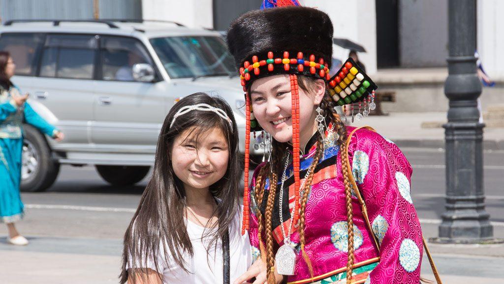 Besucher des Naadam Festes in Ulan Bator am Süchbaatar Platz