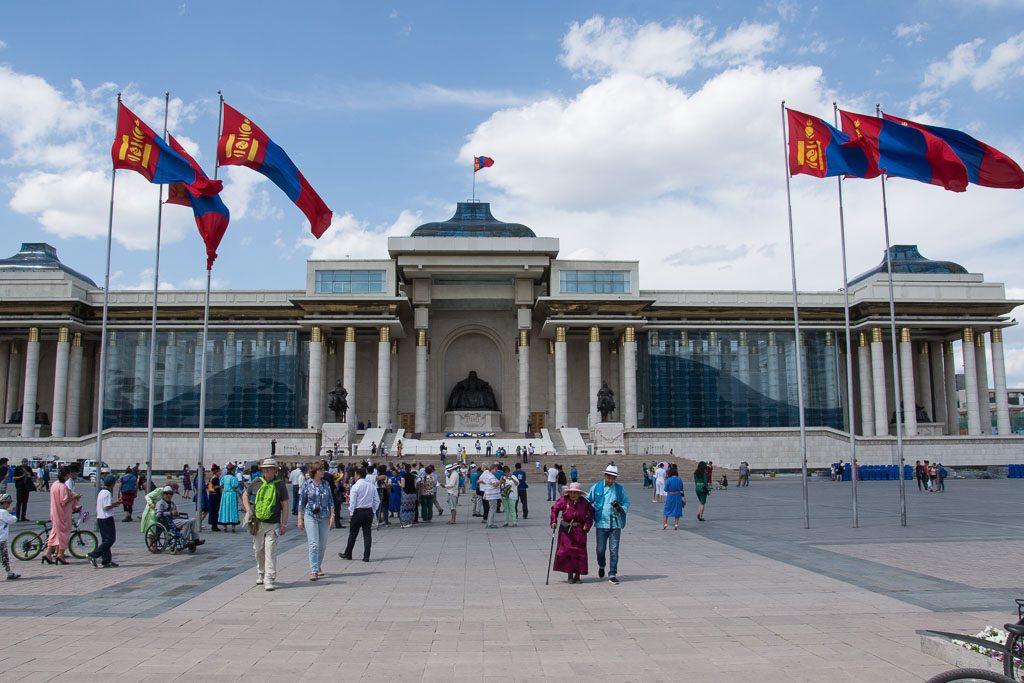 Naadam in Ulan Bator am Süchbaatar Platz vor dem Dschingis Khan Denkmal