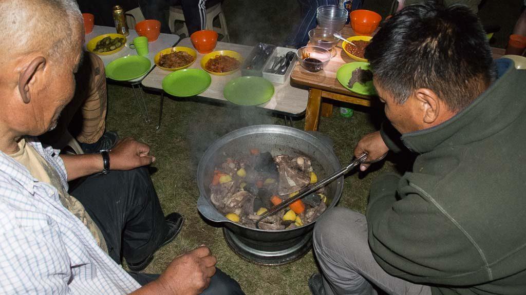 Mongolische Nomaden kochen Chorchog