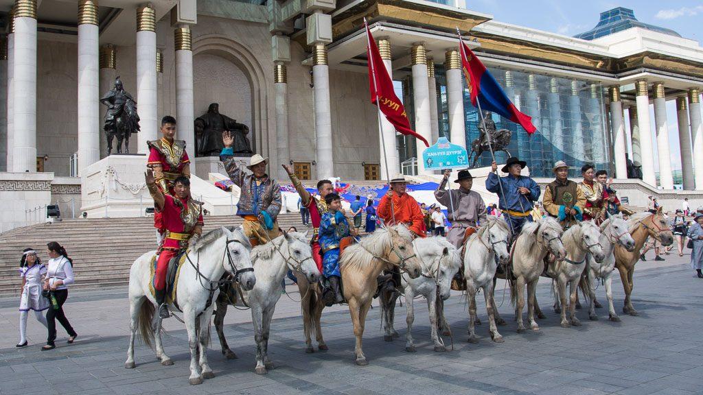 Reiter zu Naadam vor dem Dschingis Khan Denkmal
