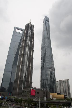 SWFC, Jin Mao Tower und Shanghai Tower von der Century Avenue aus gesehen