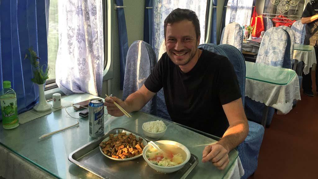 Gerhard Liebenberger im Speisewagen in China