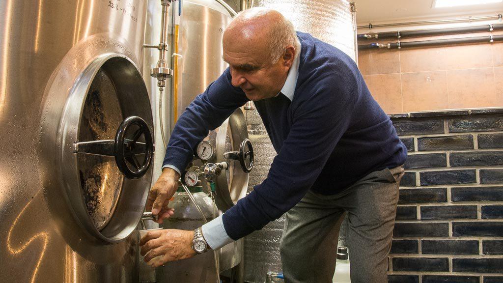 Bierverkostung im Bierkeller in Pilsen