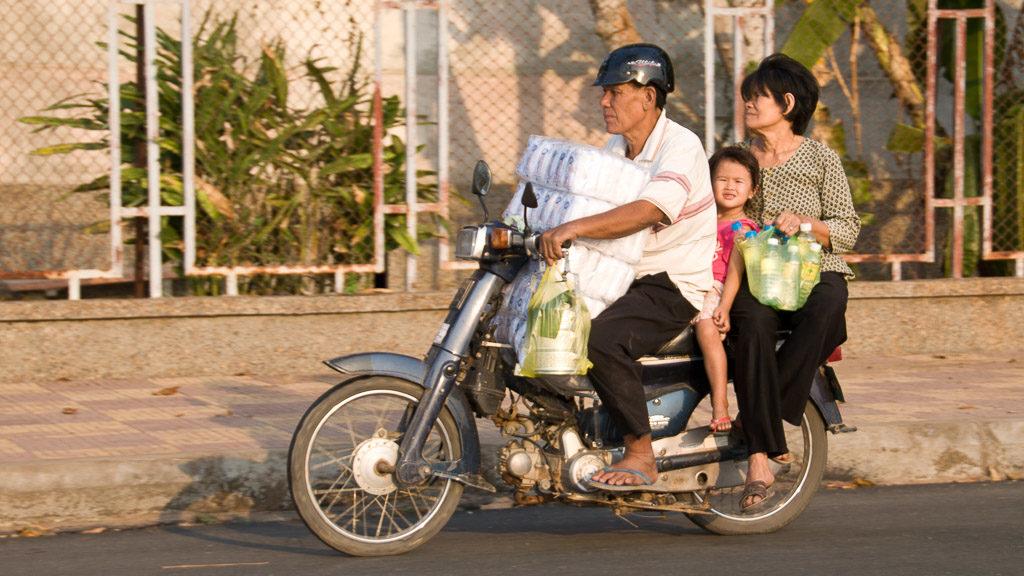 Kambodscha: Familie auf dem Moped