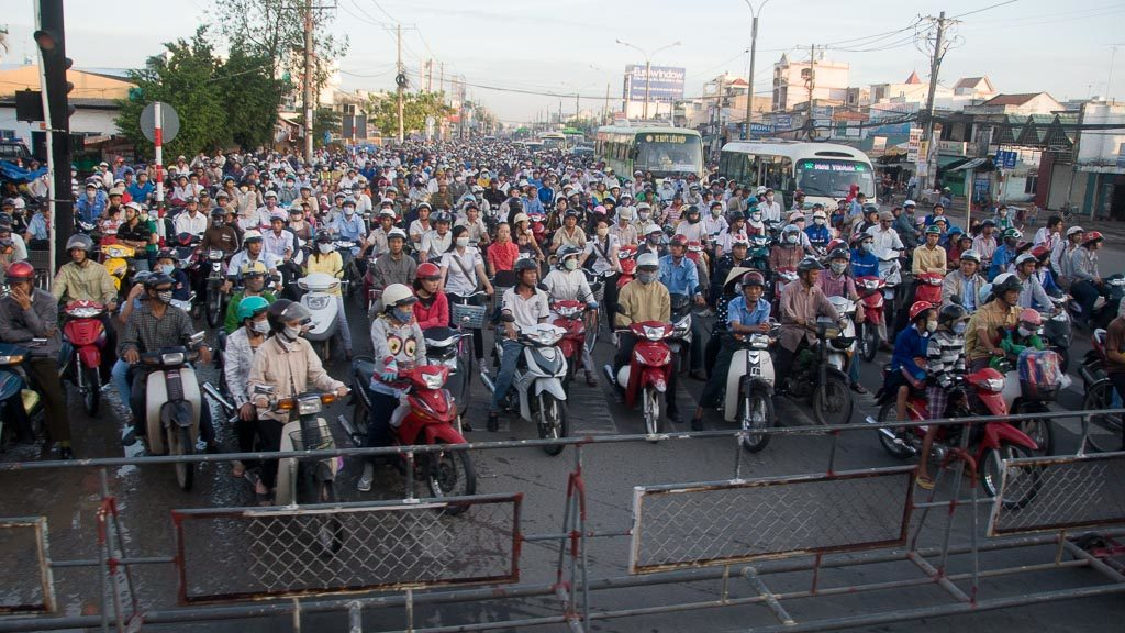 Mopeds am Bahnschranken in Vietnam
