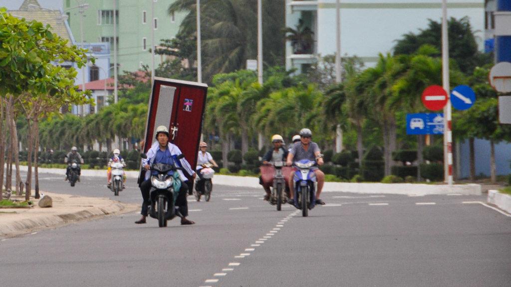 Verrücktes Moped: Ein ganzer Kleiderschrank wird transportiert