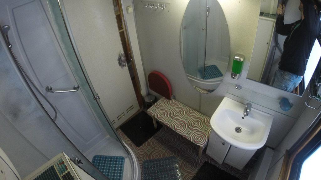 Dusche in der Transsibirischen Eisenbahn im Zarengold