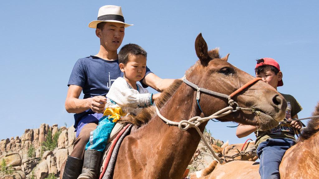 Reiter mit Kleinkind am Pferd in der Mongolei