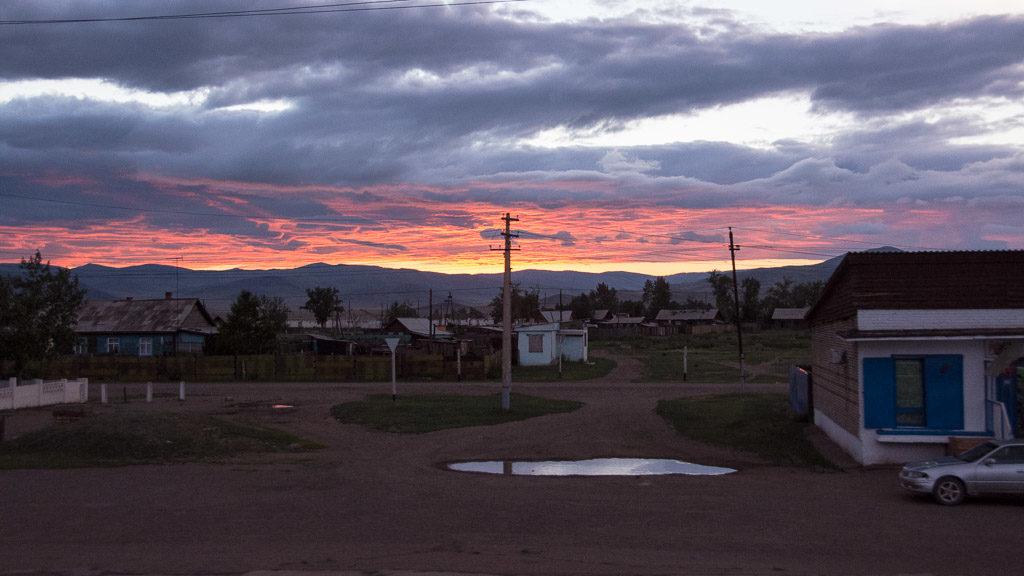 Die Transsibirische Eisenbahn bei Sonnenuntergang Richtung Mongolische Grenze