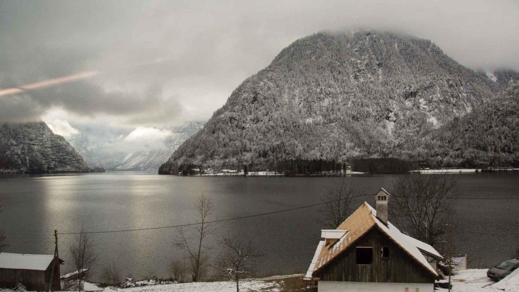 Blick aus dem Zug nach Hallstatt im Winter