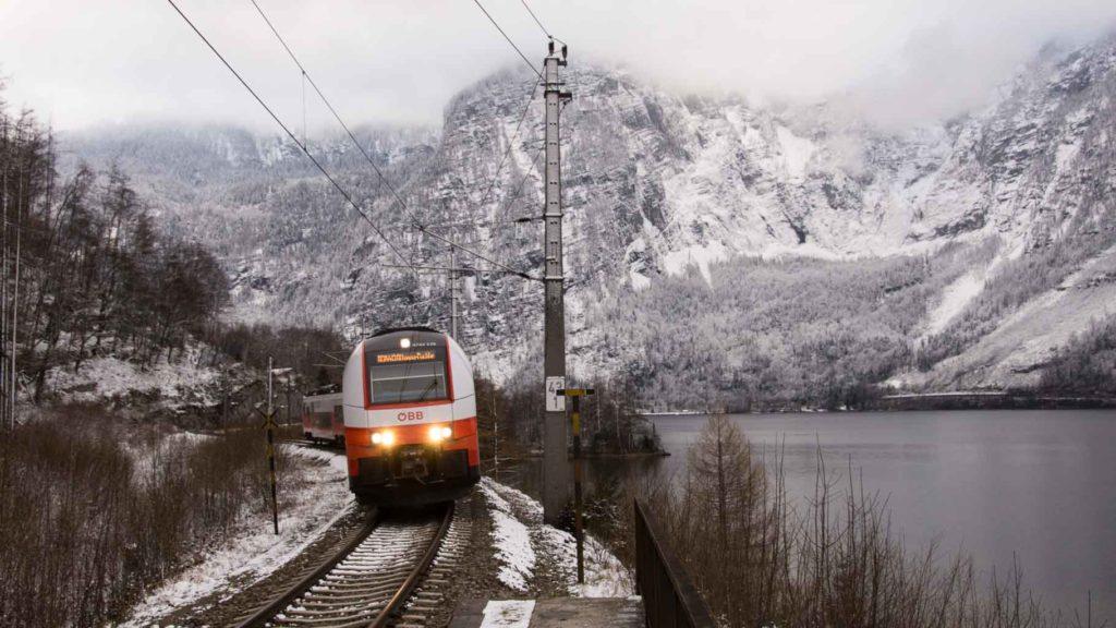 Zug nach Hallstatt im Winter