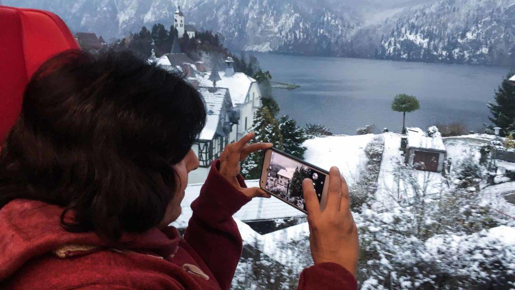 Blick aus dem Zug auf den Traunsee im Winter