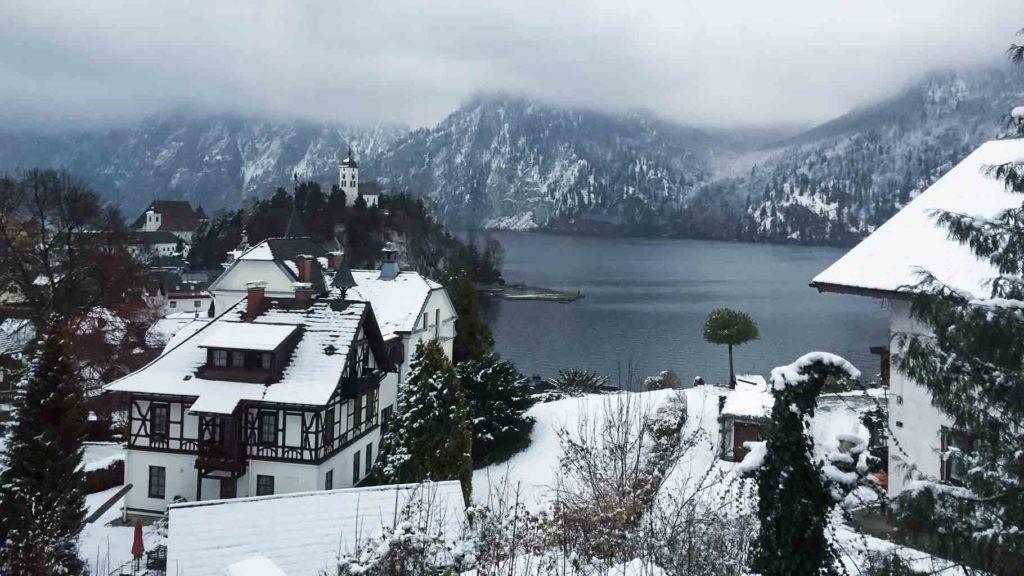 Blick aus dem Zug am Traunsee im Winter