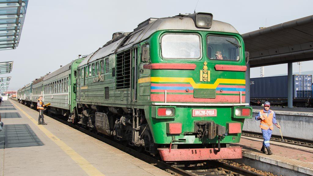 Ein Zug in Ulan-Bator in der Mongolei