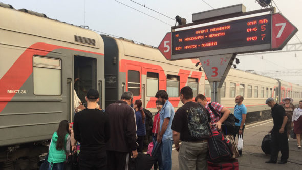 Anzeige der Russischen Eisenbahn am Bahnsteig mit Moskauer Zeit