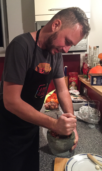 Gerhard Liebenberger beim Thai Kochen