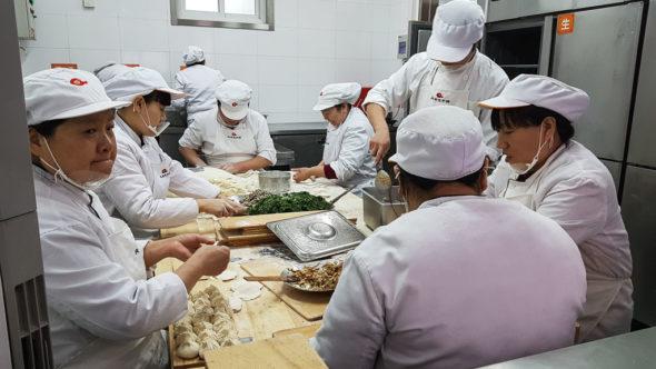 Herstellung von Baozi und Jiaozi in einer chinesischen Küche