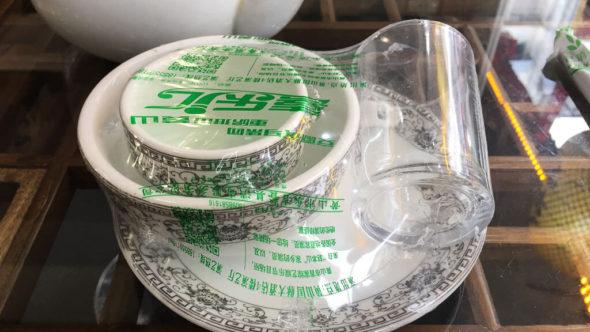 China: Im Restaurant ist Geschirr manchmal in Plastik eingepackt