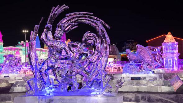 Eisfigur beim Harbin Ice & Snow World in der Nacht