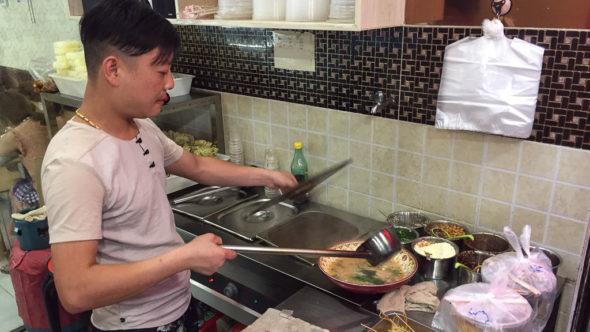 Koch im Malatang Restaurant