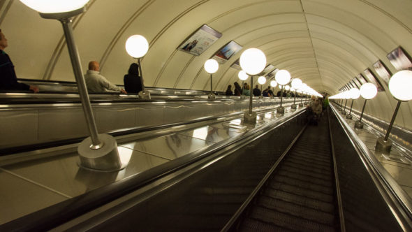 Rolltreppe in der Metro-Station Park Pobedy in Moskau