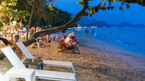 Die Abenddämmerung lässt sich gut am Strand aushalten. Hier sind weniger Moskitos.