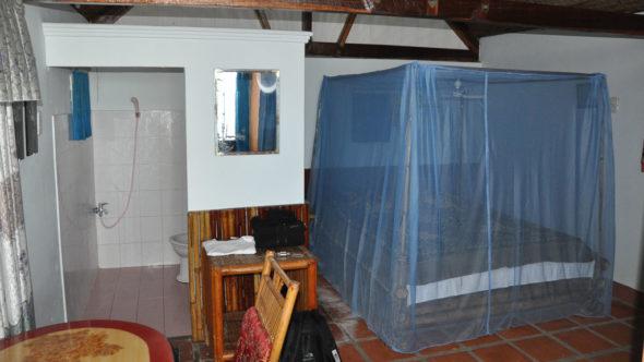 Moskitonetz als Mückenschutz in einem Bungalow