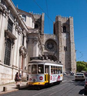 Straßenbahn Linie 28 bei der Sé (Kathedrale in Lissabon)