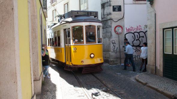 Straßenbahn Lissabon in den engen Gassen von Alfama