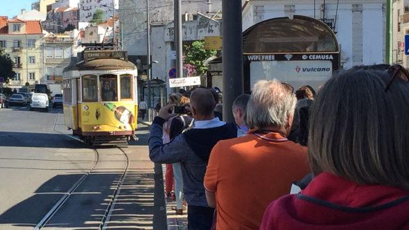 Warteschlange bei der Straßenbahn Lissabon