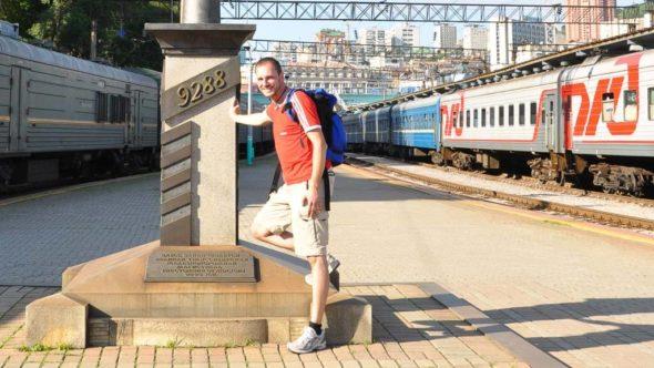 Reiseblogger am Endpunkt der Transsibirischen Eisenbahn in Wladiwostok